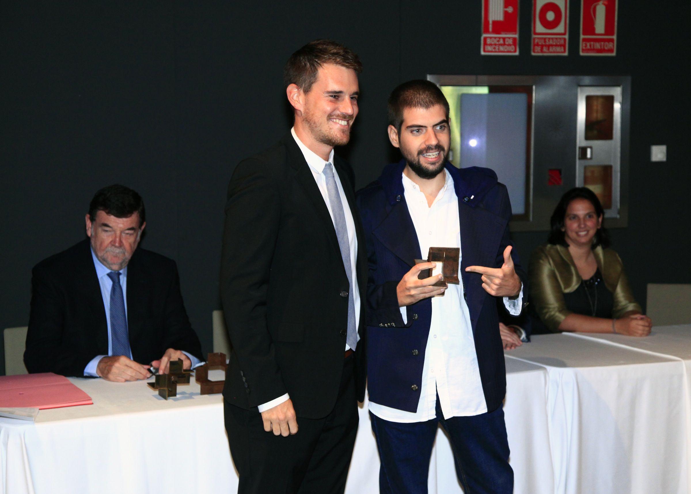 José Luis Moreno recibió el premio al mejor PFC del COACV de manos de Ignacio Juan, subdirector de Arquitectura de la CEU UCH.