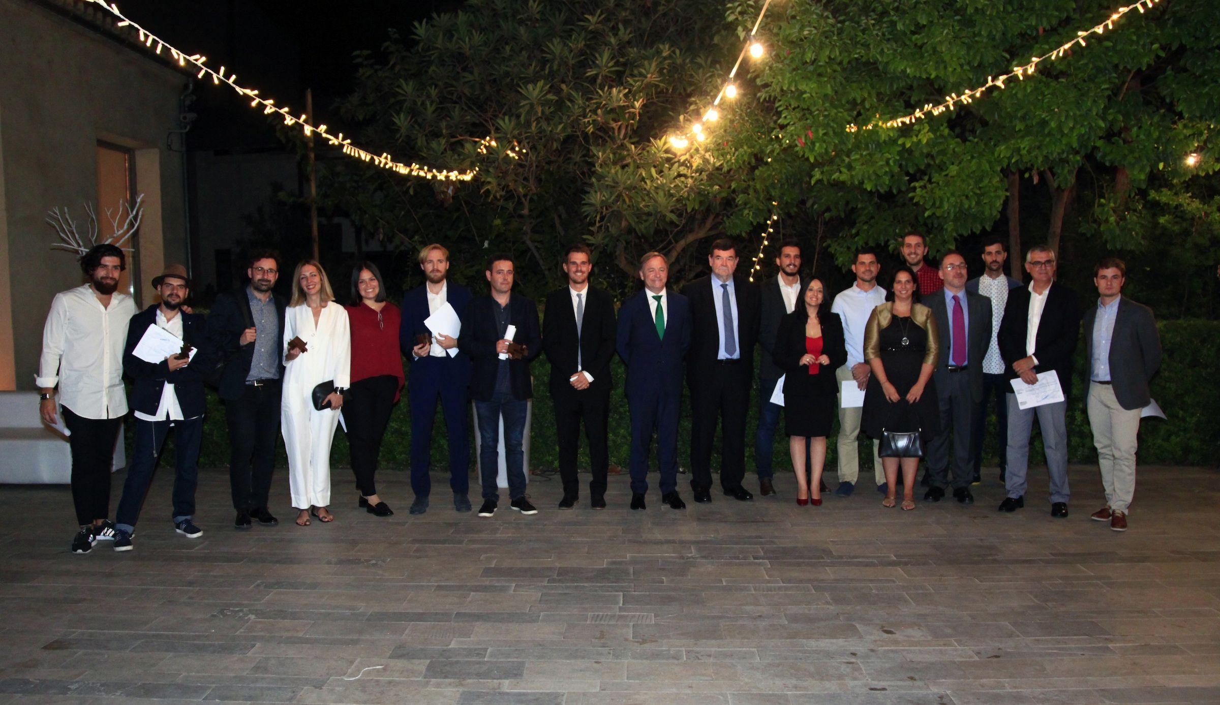 Los premiados, con el delegado del Gobierno en la CV, el presidente del COACV y los miembros del jurado.