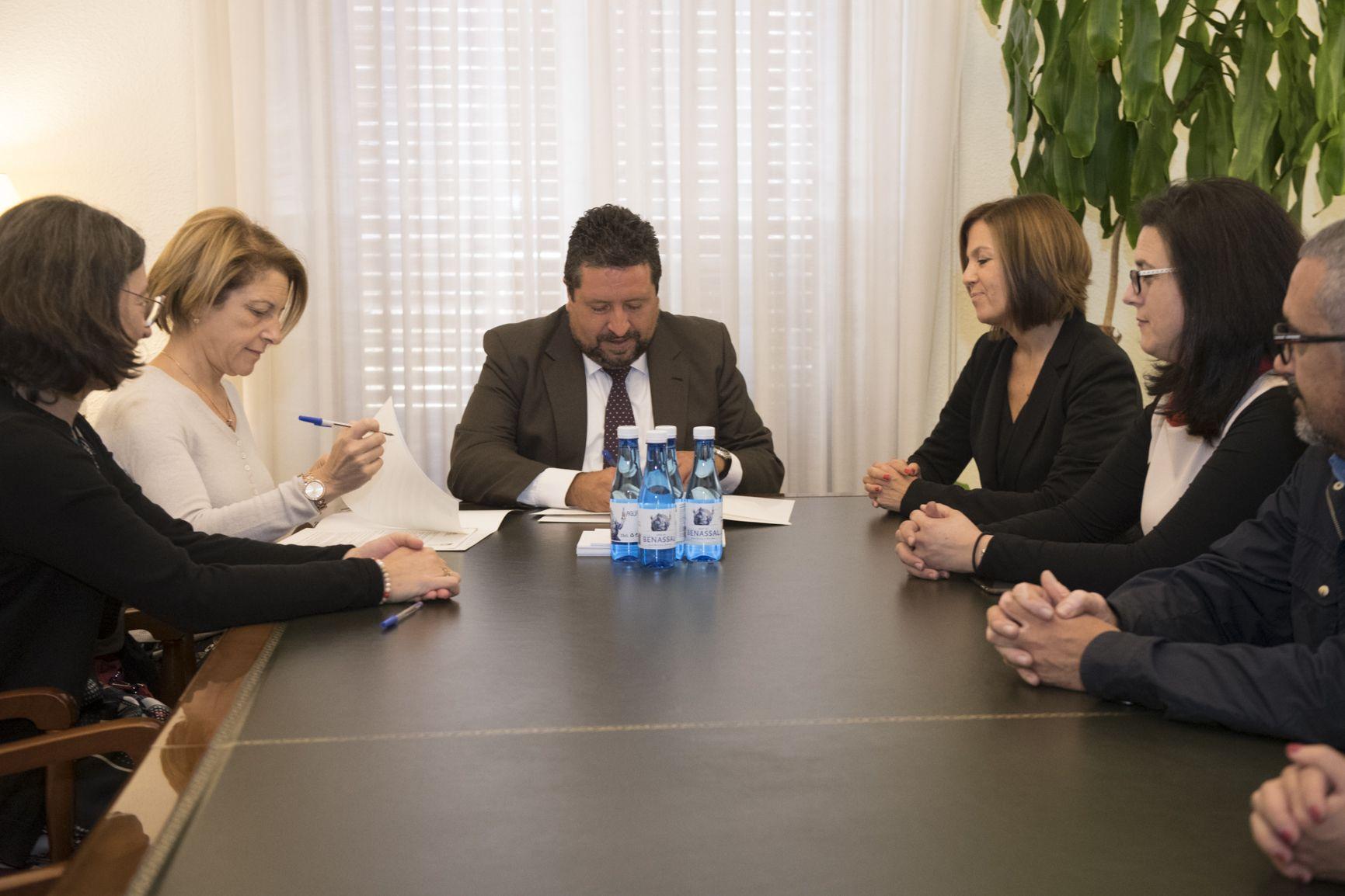 Rosa Visiedo y Javier Moliner, en la firma del convenio entre la Fundación Hospital Provincial de Castellón y la Universidad CEU Cardenal Herrera.