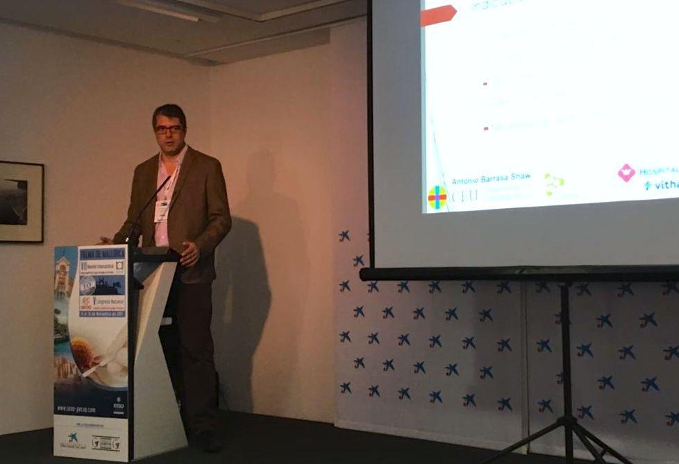 El doctor Antonio Barrasa Shaw, director del Departamento de Cirugía de la CEU UCH, durante su ponencia en el Congreso de la SEOQ.