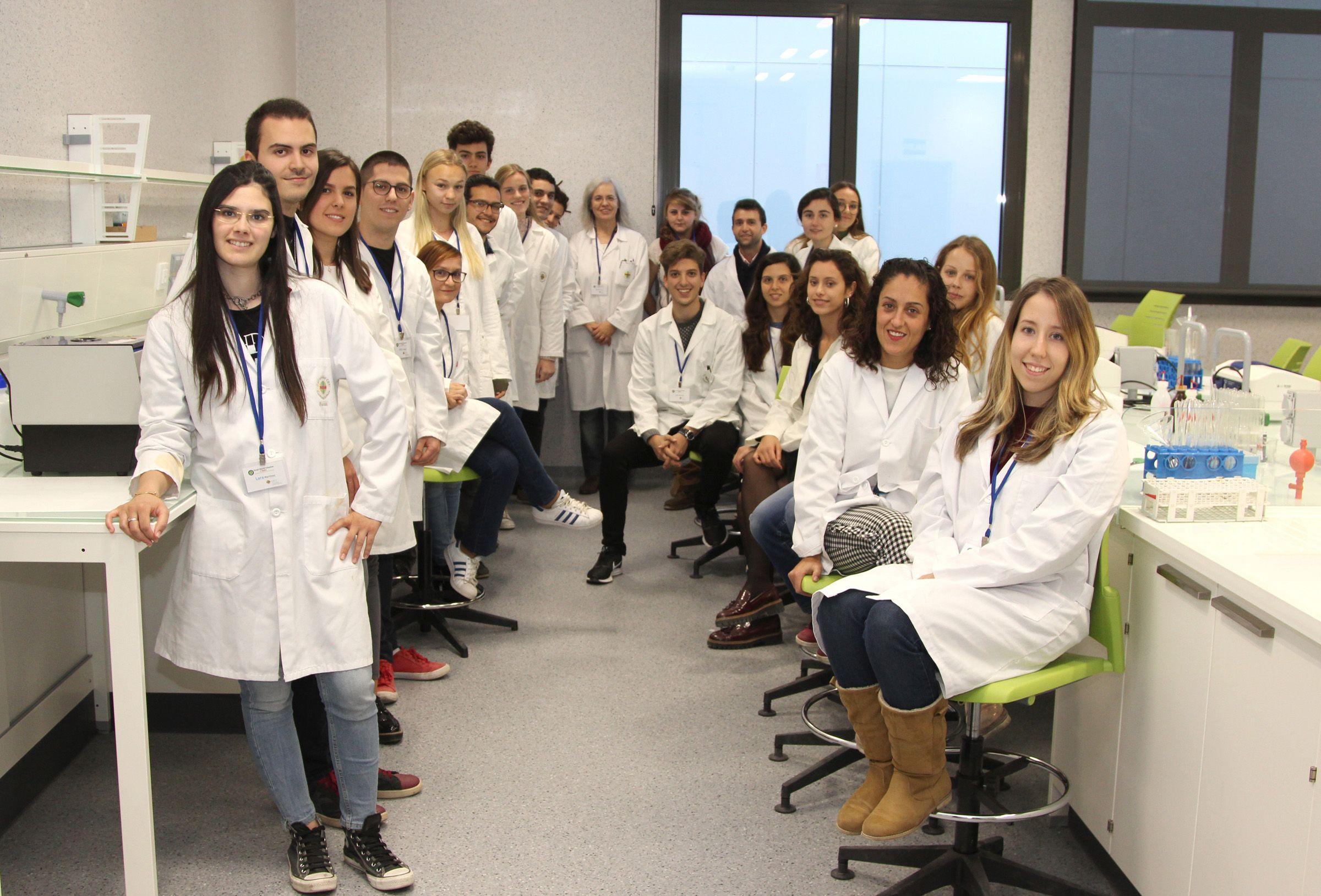 SWIpis y SWitas, profesores y estudiantes del grupo SWI@CEU, participantes en la iniciativa internacional SWI de ciencia ciudadana para la búsqueda de nuevos antibióticos.