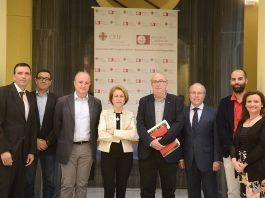 El conseller de Transparencia, Manuel Alcaraz, y la rectora Rosa VIsiedo junto a ponentes y organizadores de la Jornada sobre Función Social de la Empresa, en la CEU UCH.
