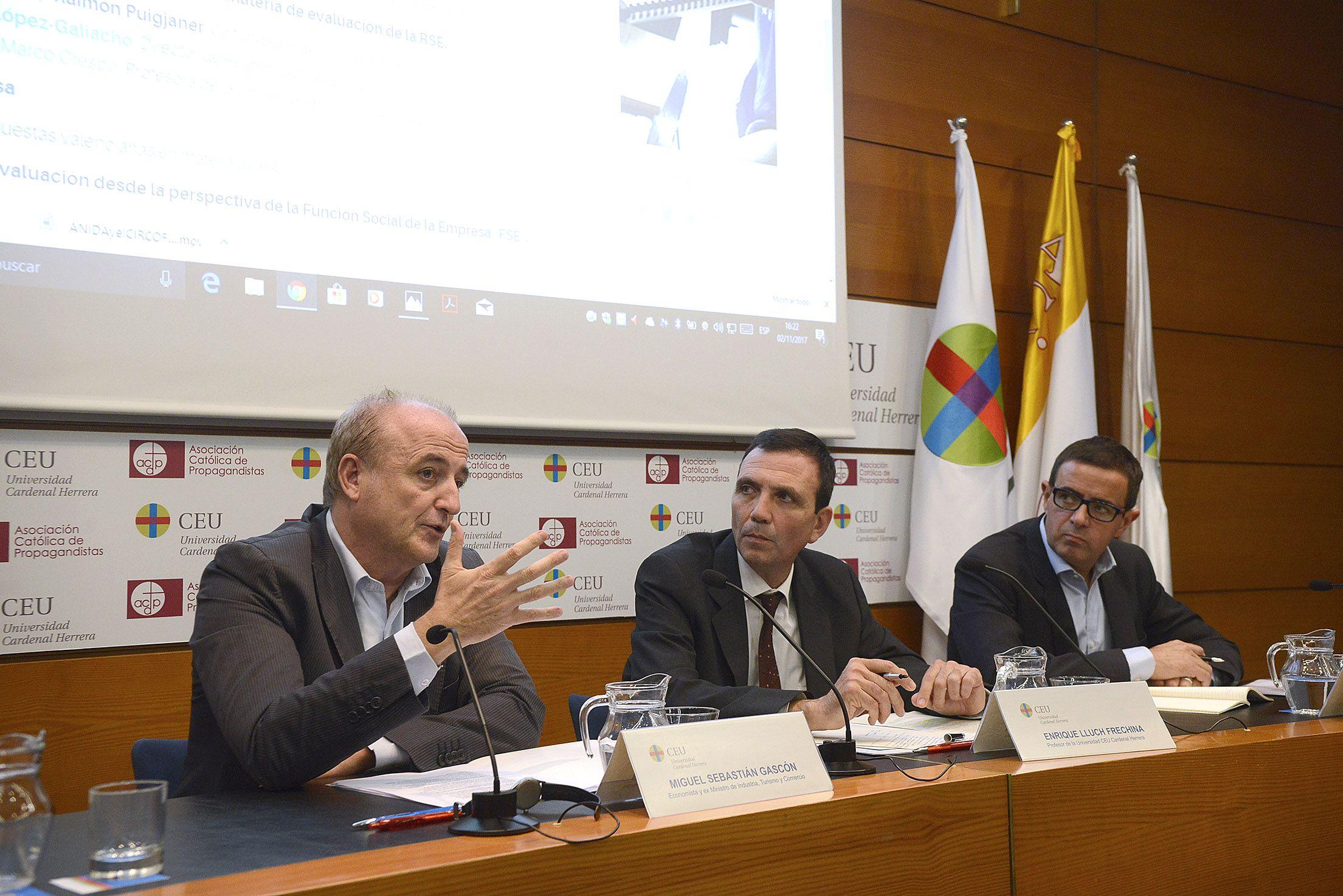 El ex ministro Miguel Sebastián, el profesor Enrique Lluch y José Félix Lozano, de la Fundación Étnor.