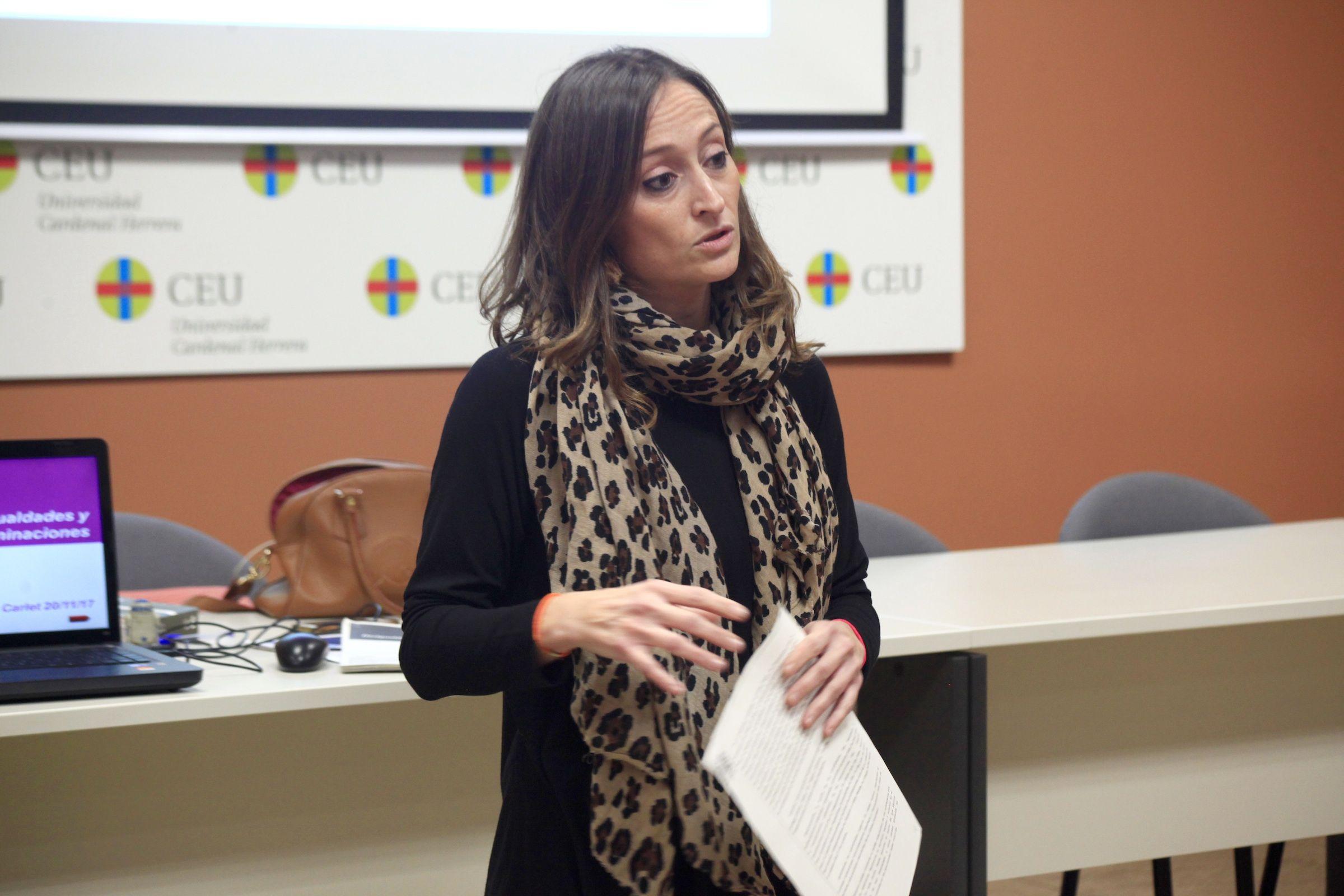 """Lara Esteve, durante su participación en la sesión """"Igualdad desde la justicia"""", en la CEU UCH."""
