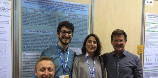 Los estudiantes Pablo Serrano, Daniel Gil y Esther Ruiz, con el profesor Enrique Rodilla en el Congreso de la SEIOMM.