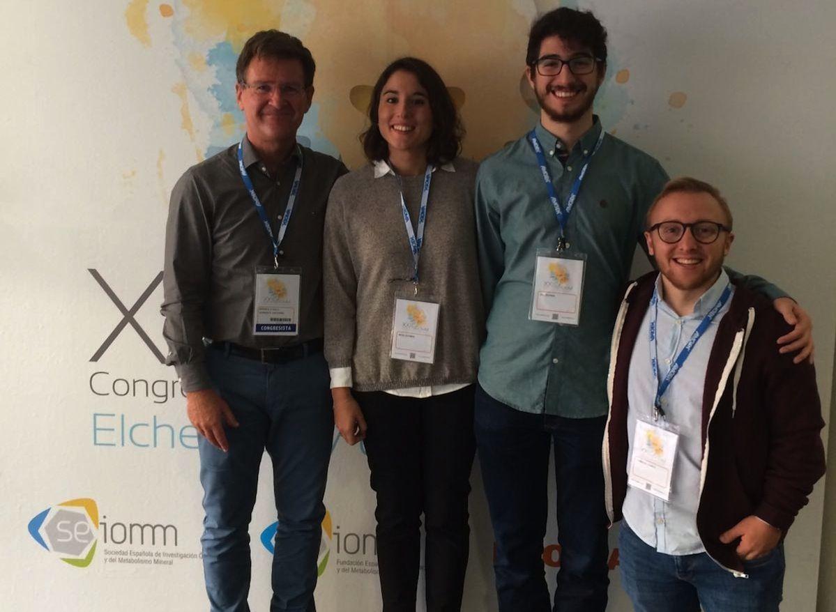 El profesor de la CEU UCH Enrique Rodilla, con los estudiantes de Medicina que han recibido el Premio al Mejor Póster Clínico en el Congreso de la SEIOMM.