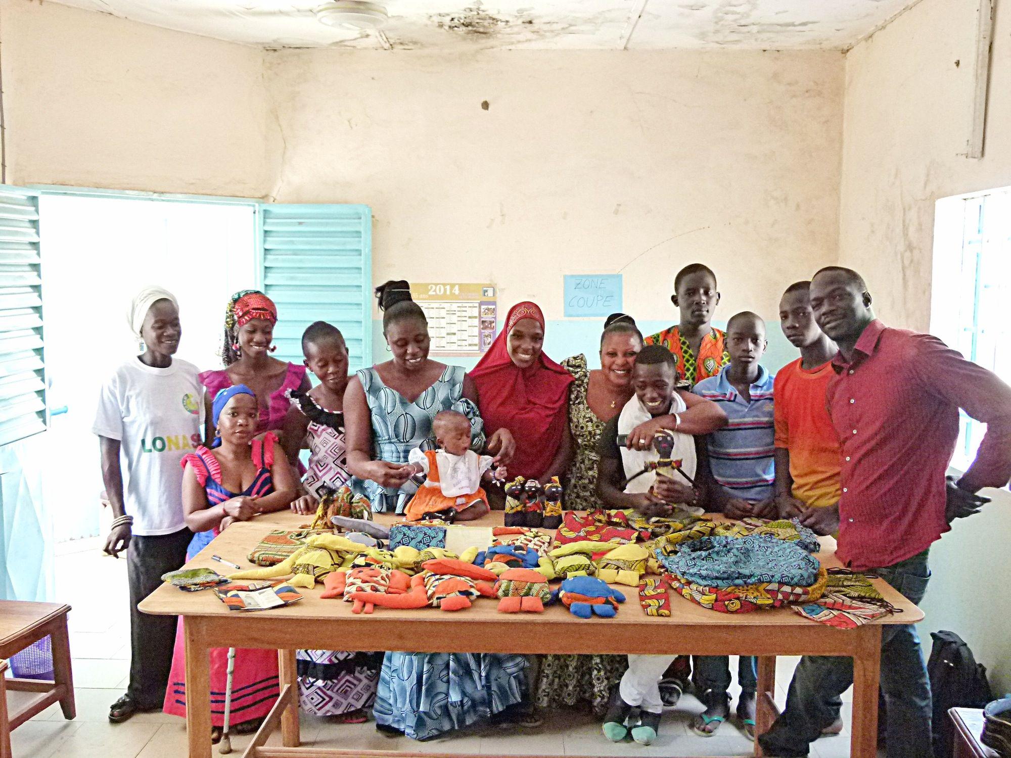 Productores artesanos participantes en el proyecto Free Design Bank de la CEU UCH en Kenia.