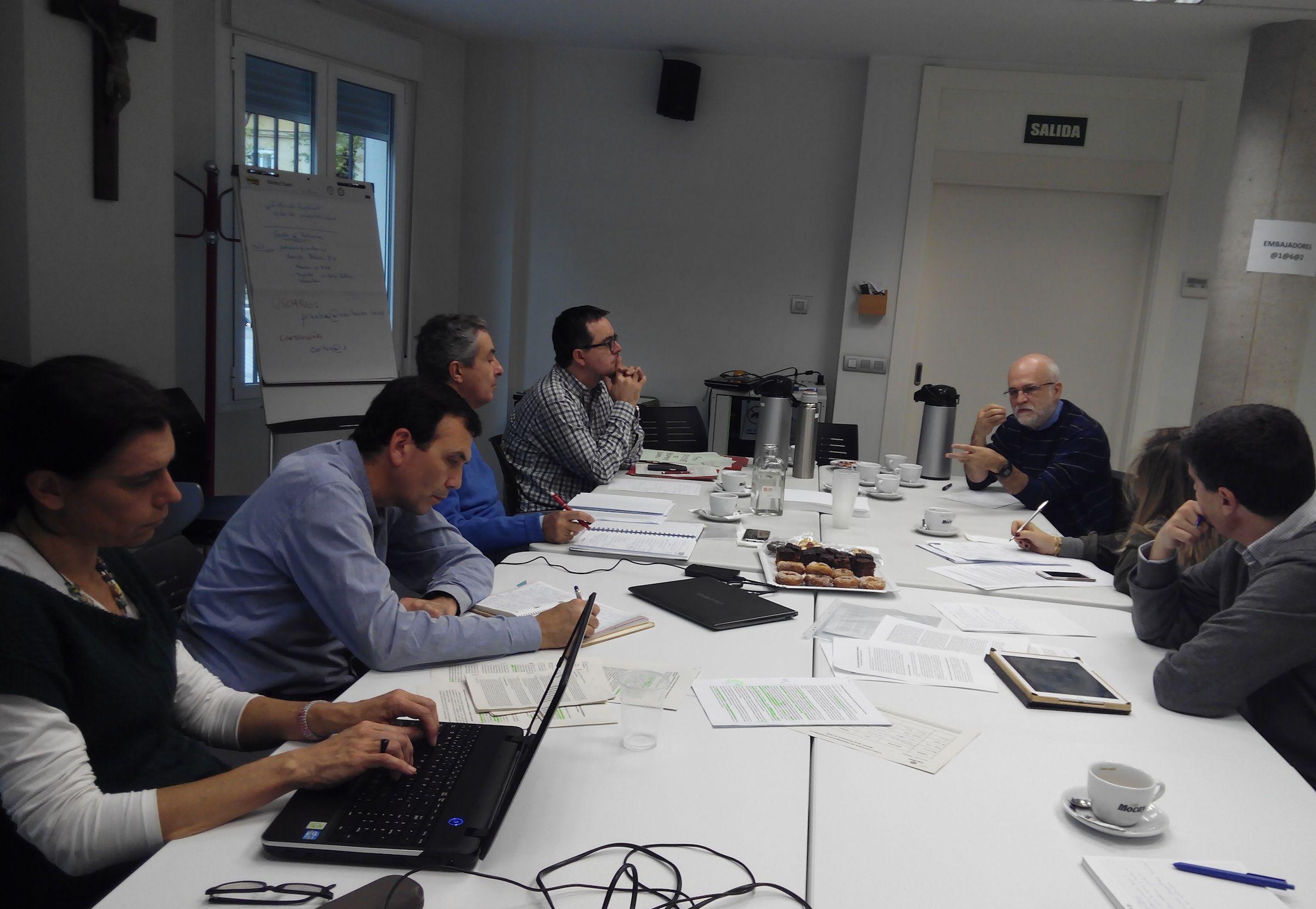 """El profesor Enrique Lluch, de la CEU UCH, en la reunión del Foro Creyente de Pensamiento Ético-Económico para la elaboración del documento """"Repensar el crecimiento económico""""."""