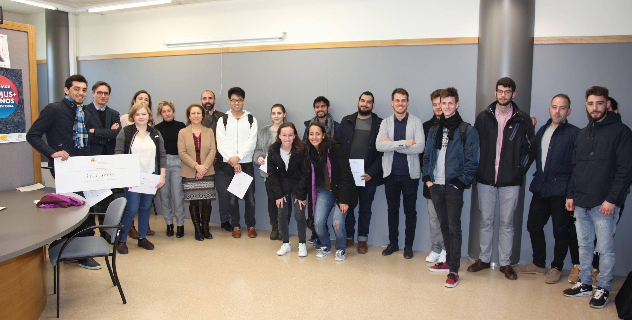 Profesores y estudiantes de Architecture participantes en el concurso Design your campus, con la rectora y el vicerrector de Internacionalización.