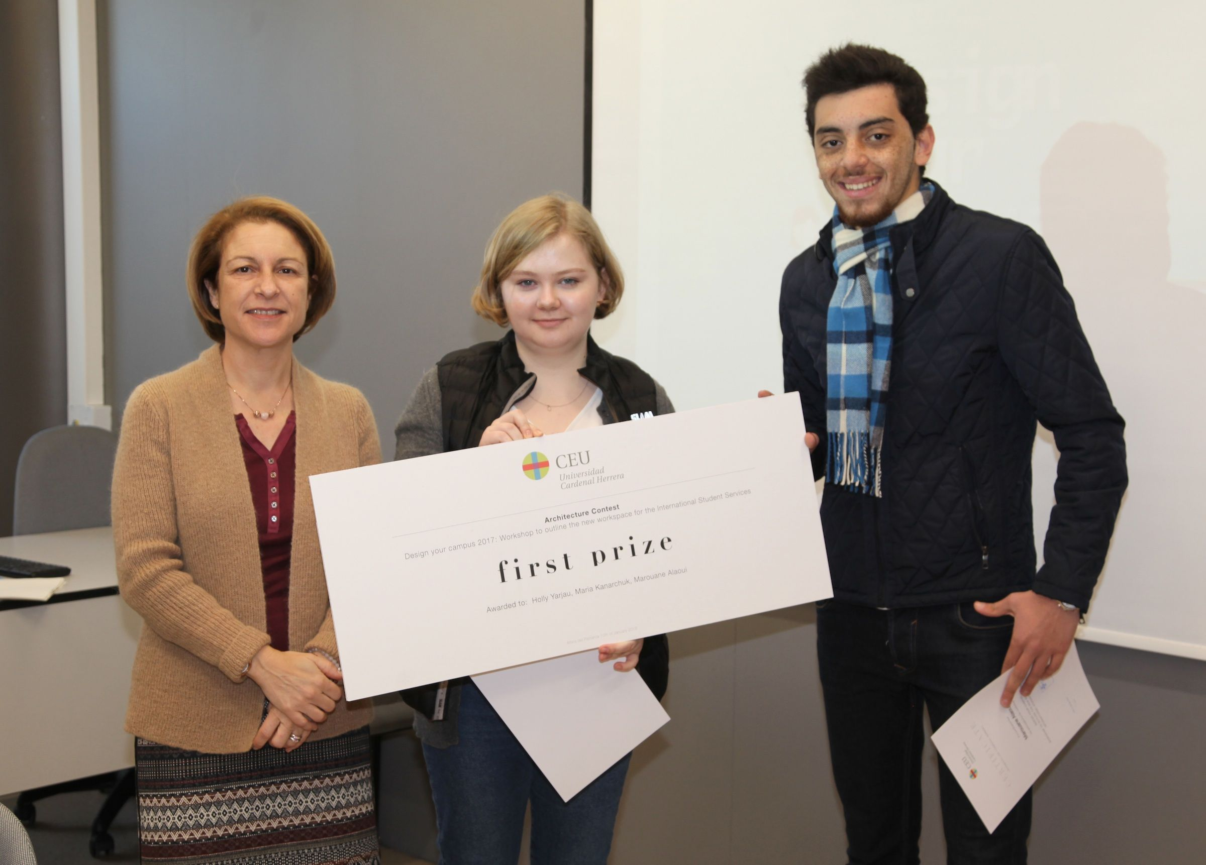 Mariia Kanarchuk y Marouane Alaoui recogen el premio a su propuesta, realizada junto a Holly Yarjau, de manos de la rectora Rosa Visiedo.