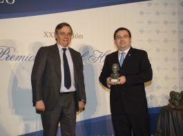El profesor de la CEU UCH Luis Doménech, investigador principal del equipo, ha recogido hoy el premio Ángel Herrera en Madrid.