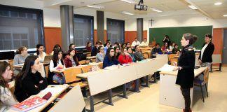 Paulina Astroza y Susana Sanz, catedráticas Jean Monnet, con estudiantes de Derecho y Ciencias Políticas de la CEU UCH.