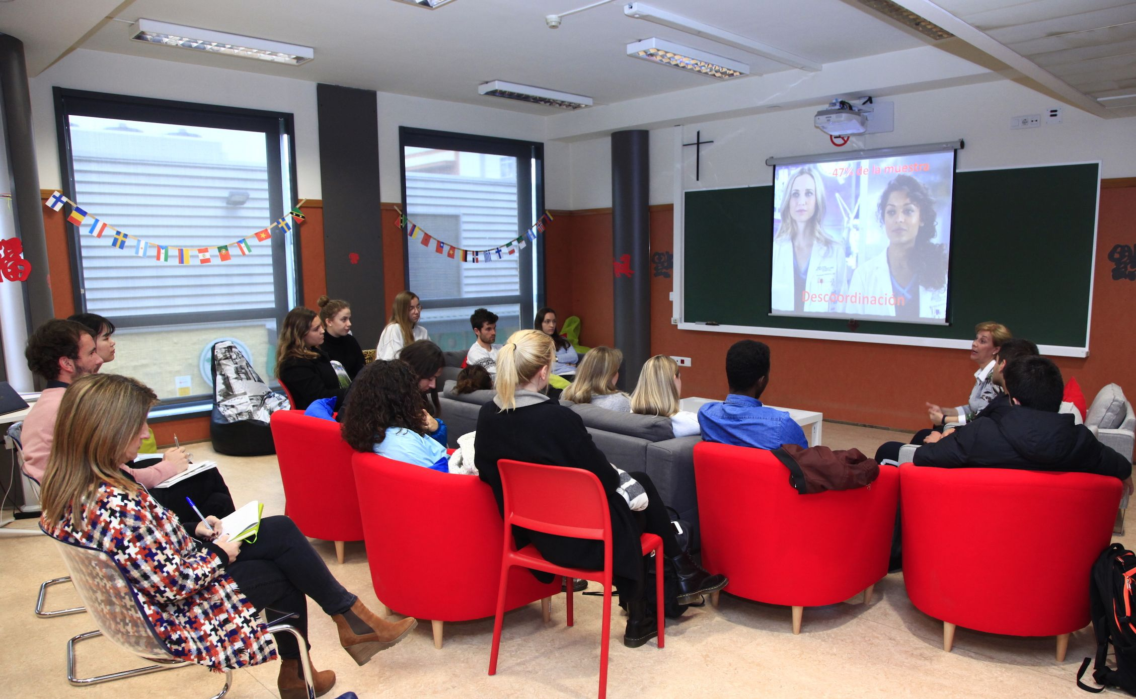 La profesora Inma Rius, del Grupo GIDYC, durante la charla sobre enfermedades raras celebrada hoy, con motivo del Día Mundial.