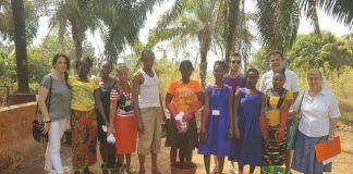 El profesor de la CEU UCH Manuel Bañó, director de Free Design Bank, en la escuela de formación profesional para mujeres de las hermanas Clarisas en Lunsar (Sierra Leona).