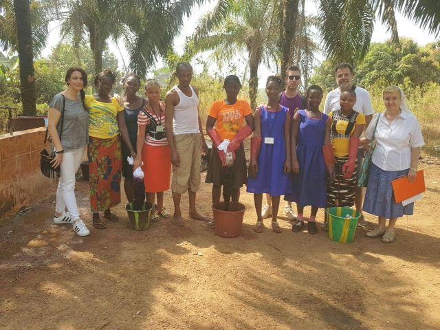El profesor de la CEU UCH Manuel Bañó, director de Free Design Bank, y voluntarios del HD_Lab, en la Saint Joseph School for the Hearing Impaired, de Makeni (Sierra Leona).