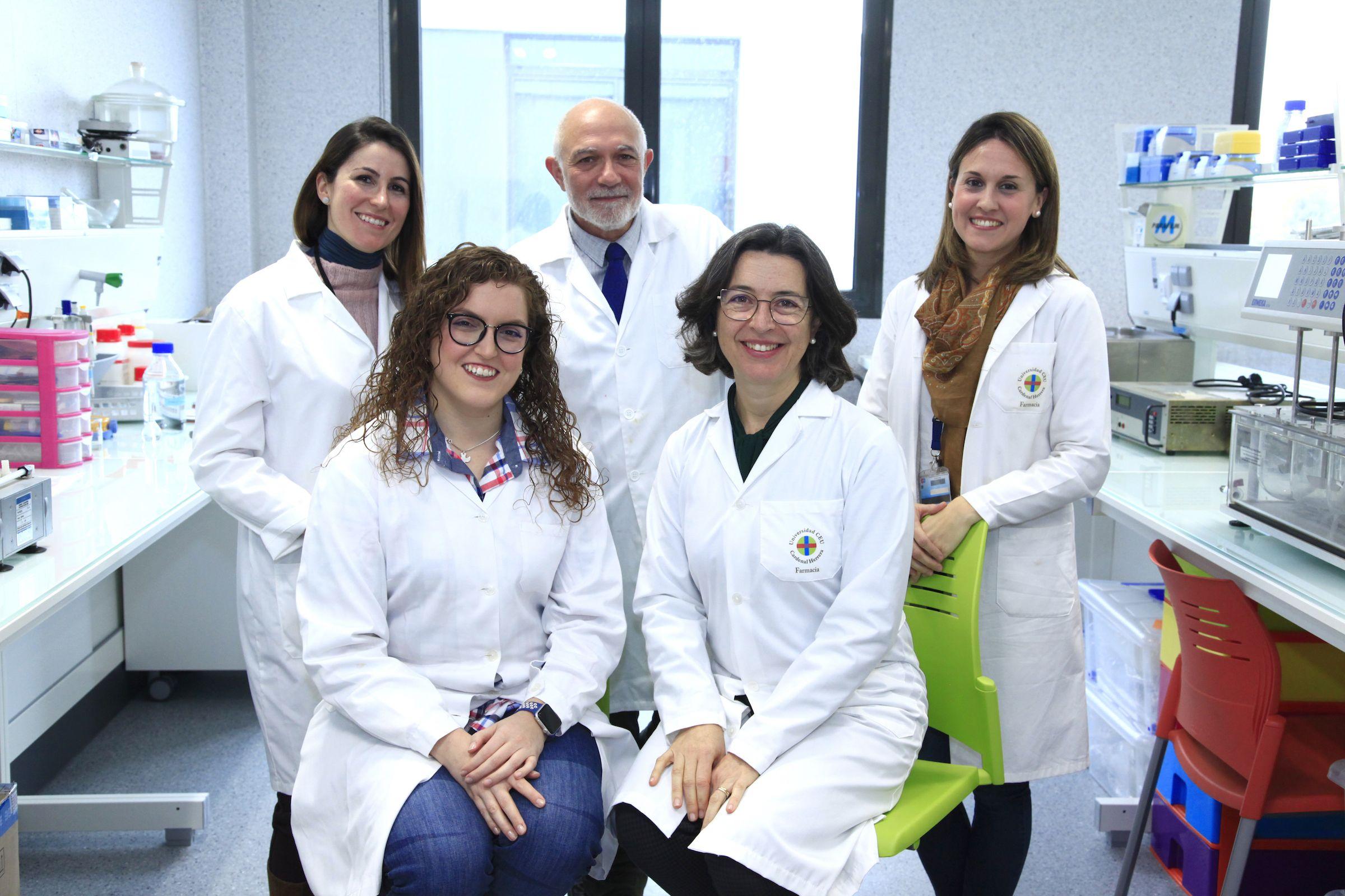 Los investigadores de la CEU UCH María Aracely Calatayud, Vicente Rodilla, Cristina Balaguer, María Sebastián y Alicia López, autores del diseño del nuevo inserto ocular soluble para la administración de antibióticos a través de la córnea.