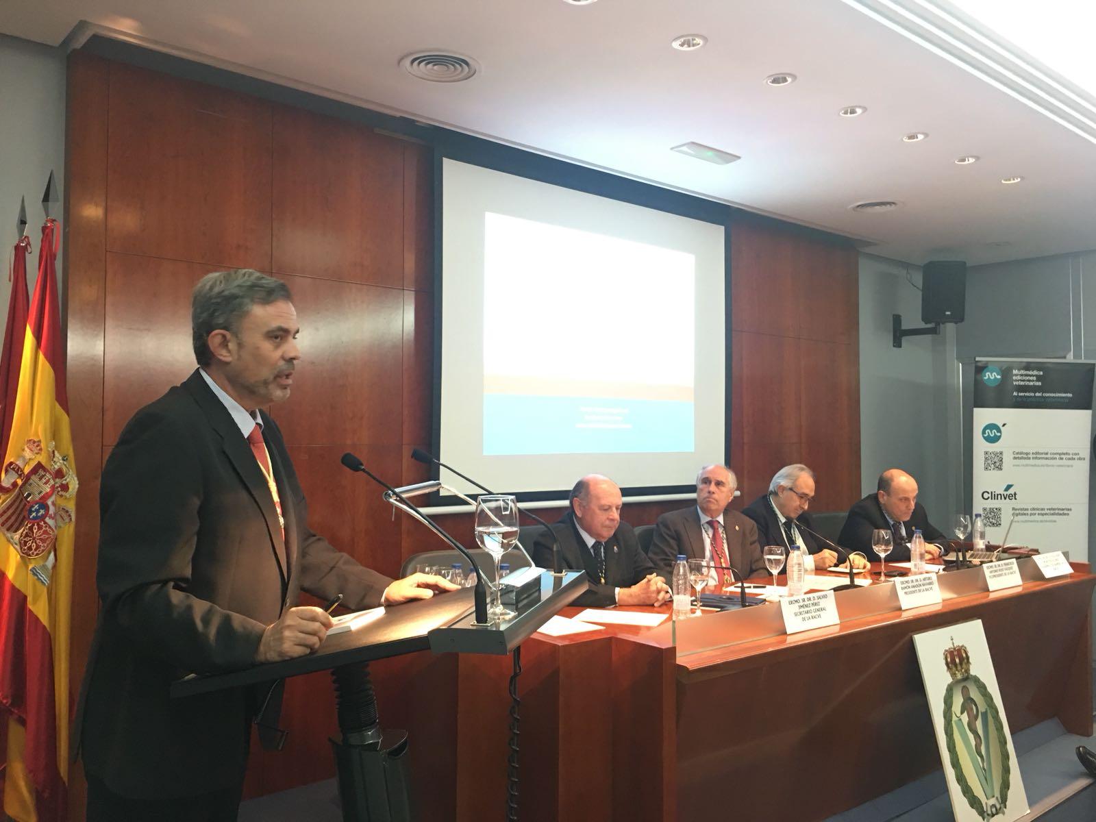 El profesor de Veterinaria de la CEU UCH Santiago Vega, durante su intervención en la sede de la RACVE, en Madrid.