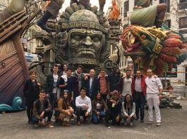 Estudiantes y profesores de Architecture de la CEU UCH con el artista fallero Lluis Pascual, durante su visita al montaje de la falla.