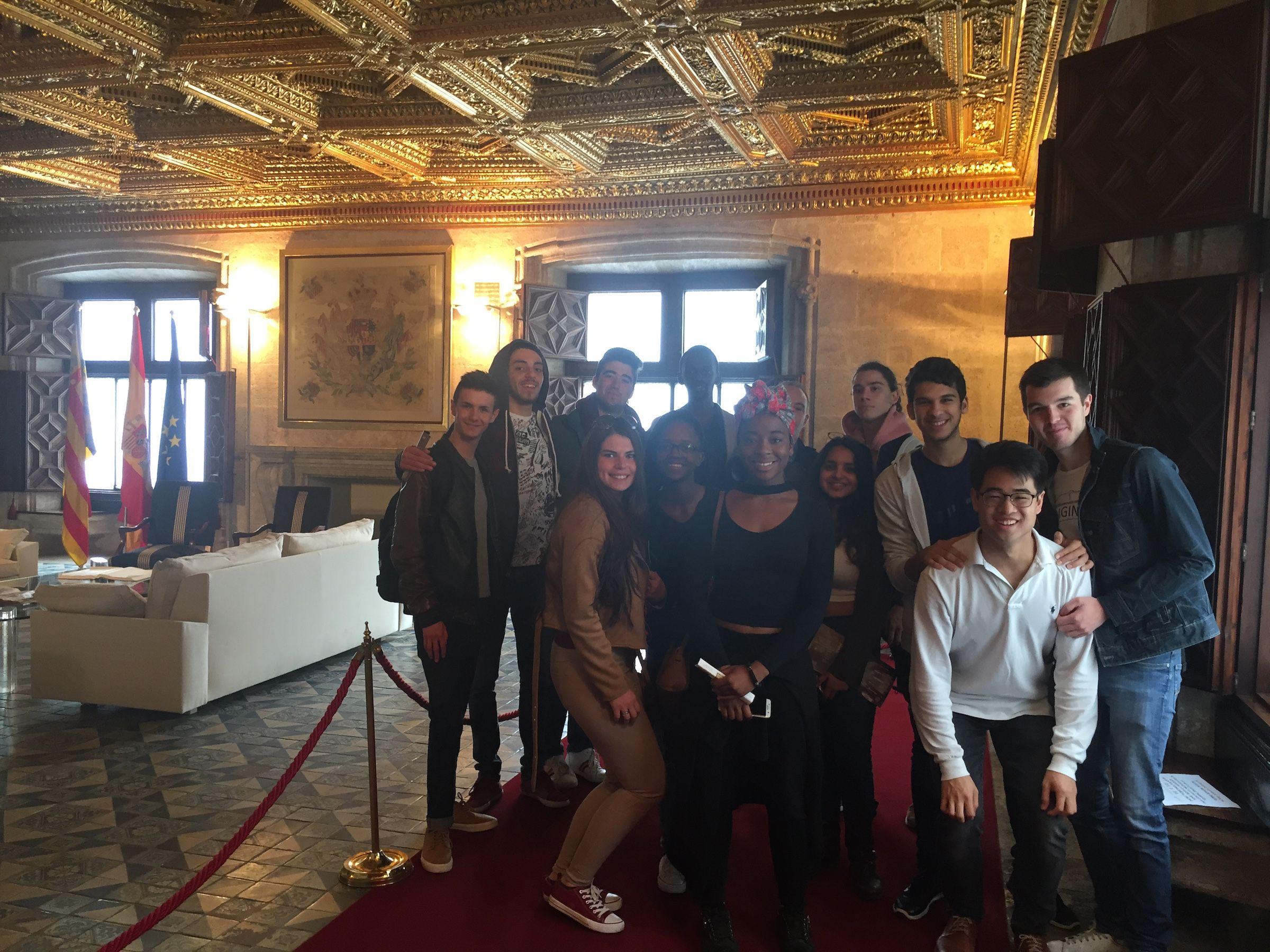 Los estudiantes de primer curso de Architecture de la CEU UCH, en el salón dorado del Palau de la Generalitat Valenciana.