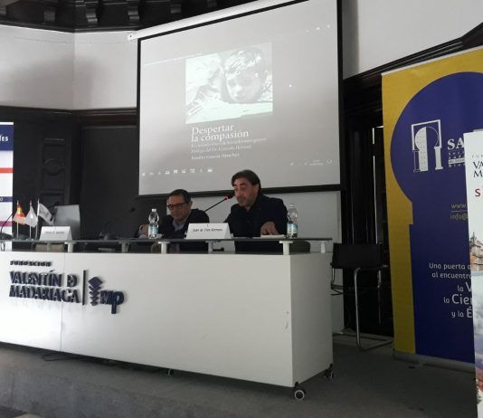 Emilio García Sánchez y Juan de Dios Serrano, durante la presentación del libro Despertar la compasión, en el Congreso Internacional de Bioética de la SAIB.