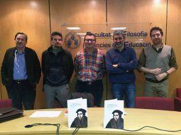 """El profesor de la CEU UCH Jaime Vilarroig y algunos de los coautores de """"En busca del humanismo perdido"""", durante la presentación del libro."""