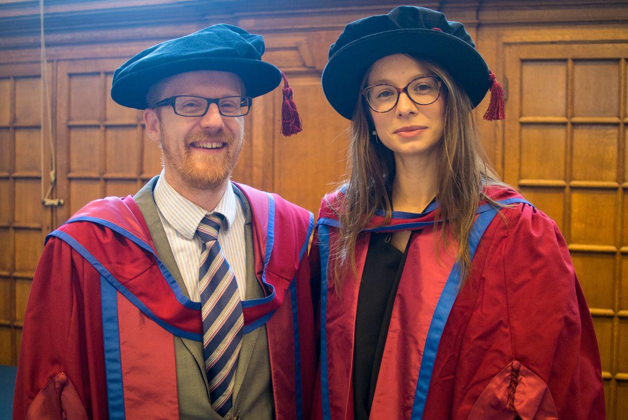 Sandra Sanchis, junto a uno de sus directores de tesis, el doctor Ludovic Pelligand, con el traje académico del Royal Veterinary College.