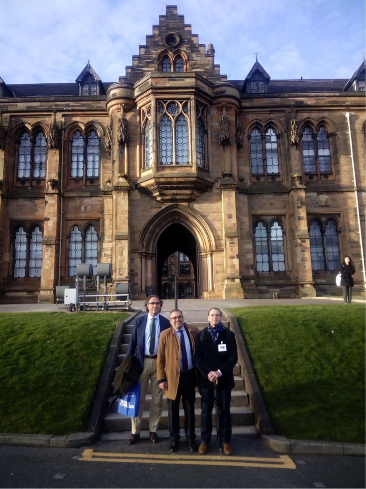 Los profesores de la UCH-CEU, Santiago Celestino, Alfonso Martínez- Carbonell y Juanjo García en una de las entradas de la Universidad de Glasgow.