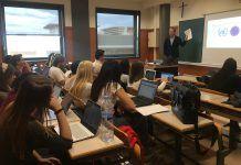 Thomas Kruiper, de la Saint Louis University, durante su clase en inglés como profesor invitado en la CEU UCH.