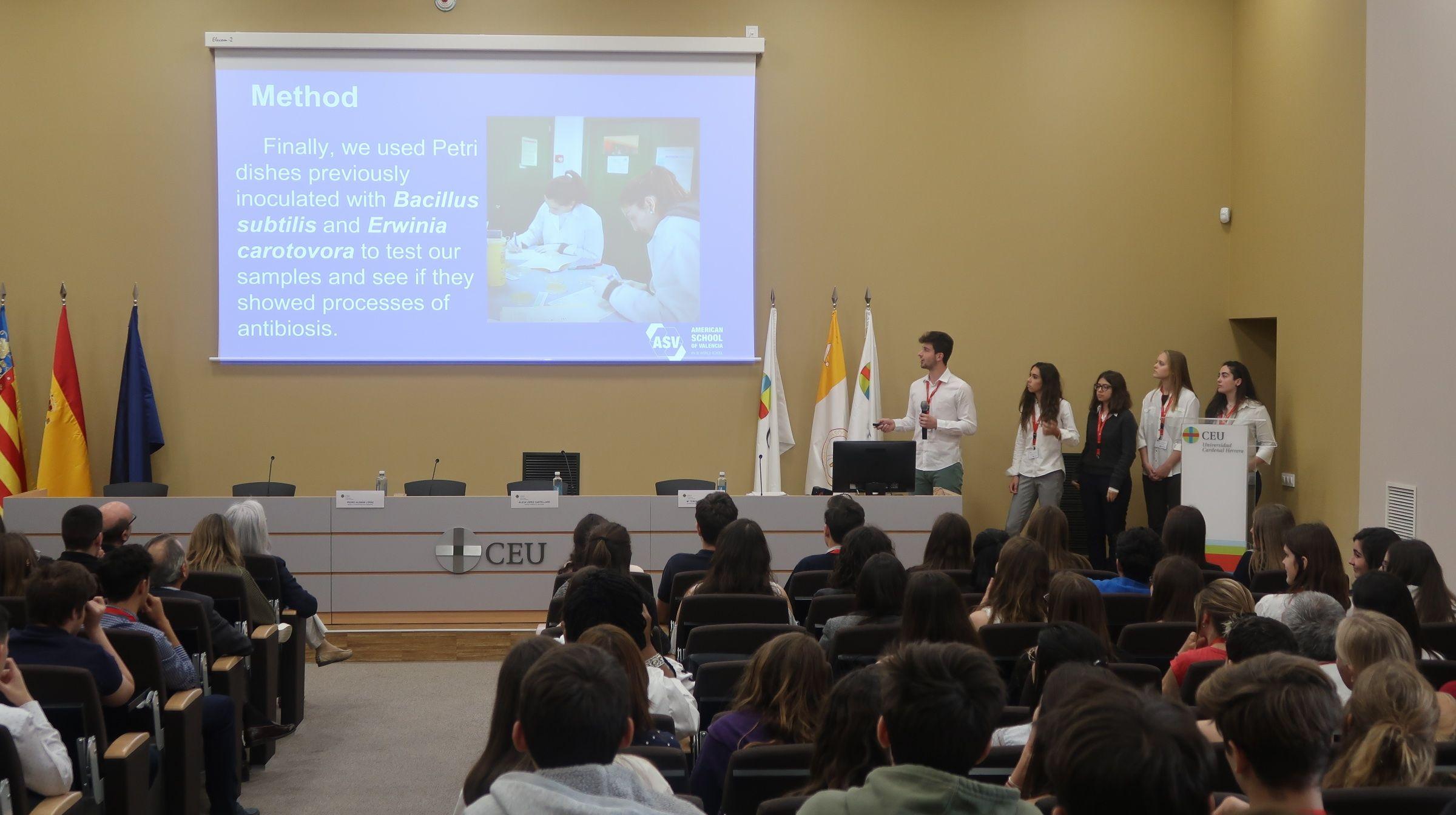 Estudiantes del American School of Valencia, durante la presentación de sus resultados del proyecto SWI en la Facultad de Ciencias de la Salud de la CEU UCH.