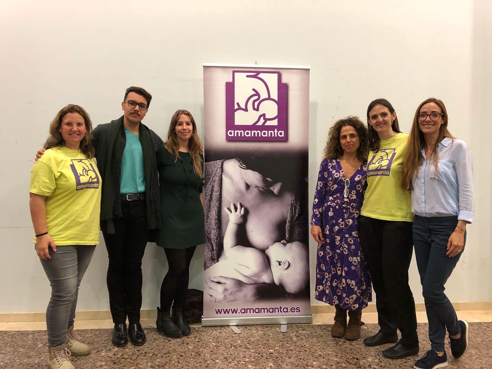 Marta Lozano y Sandra Fernández, junto a los miembros de la asociación Amamanta organizadores del taller.