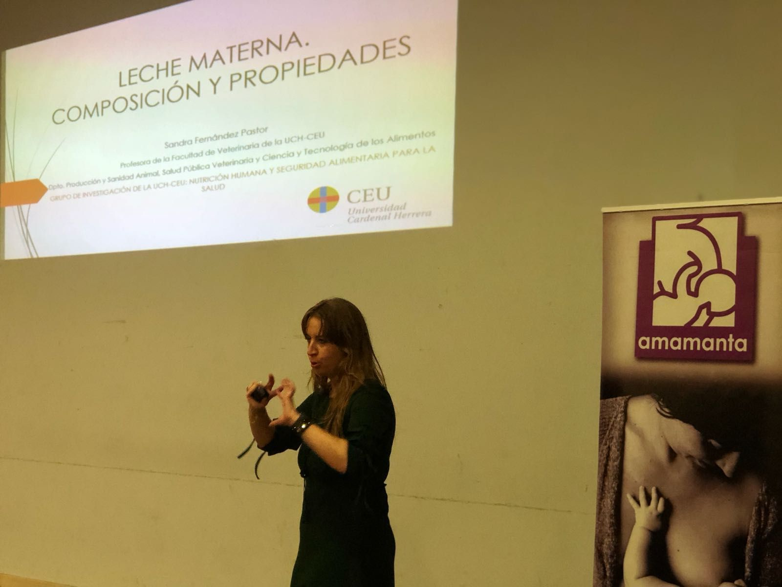 Sandra Fernández, presentando la investigación de su tesis doctoral en la asociación Amamanta.