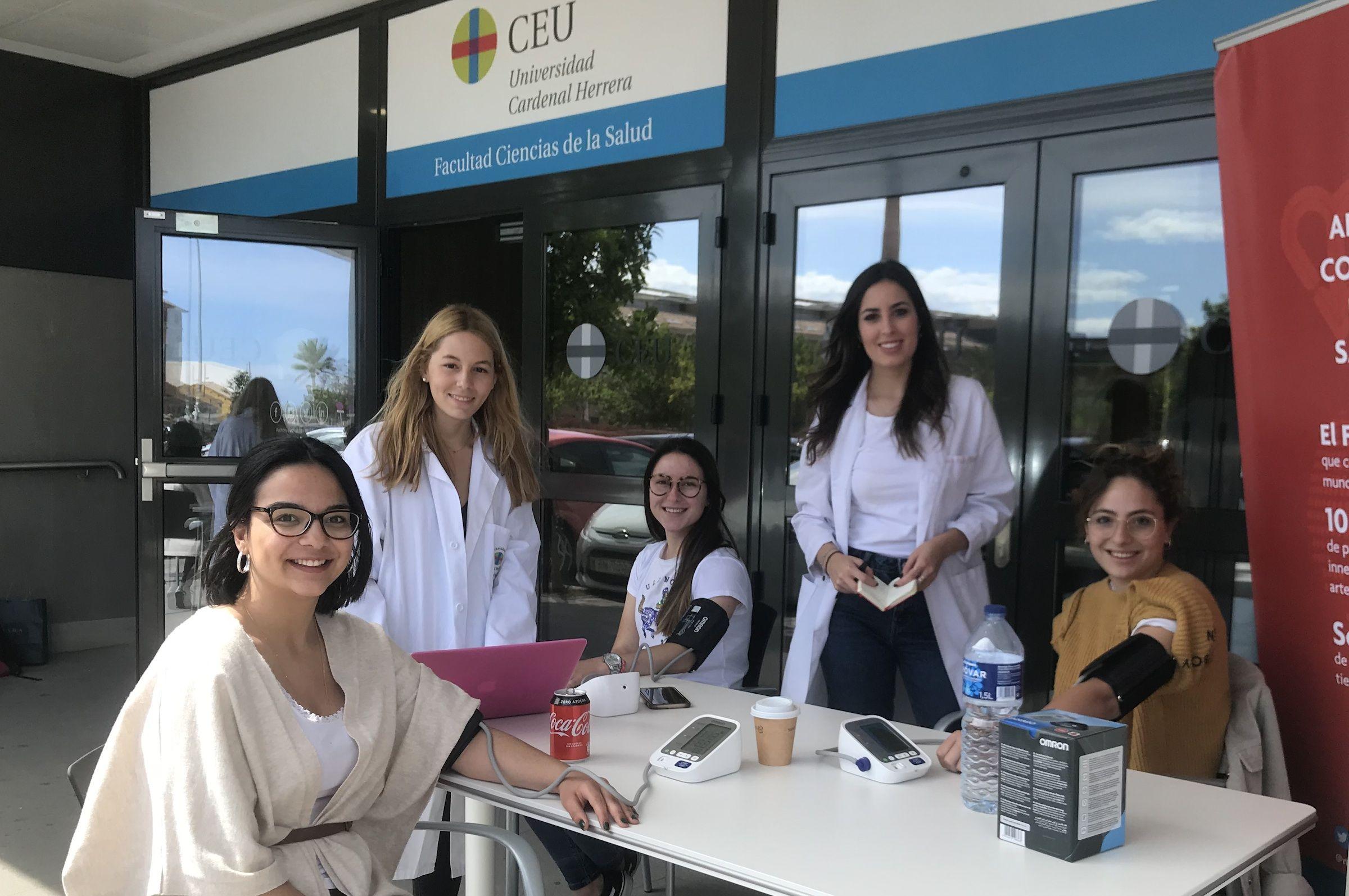 Una de las mesas de la campaña May Measurement Month, atendida por estudiantes voluntarios en la Facultad de Ciencias de la Salud de la CEU UCH en Alfara.