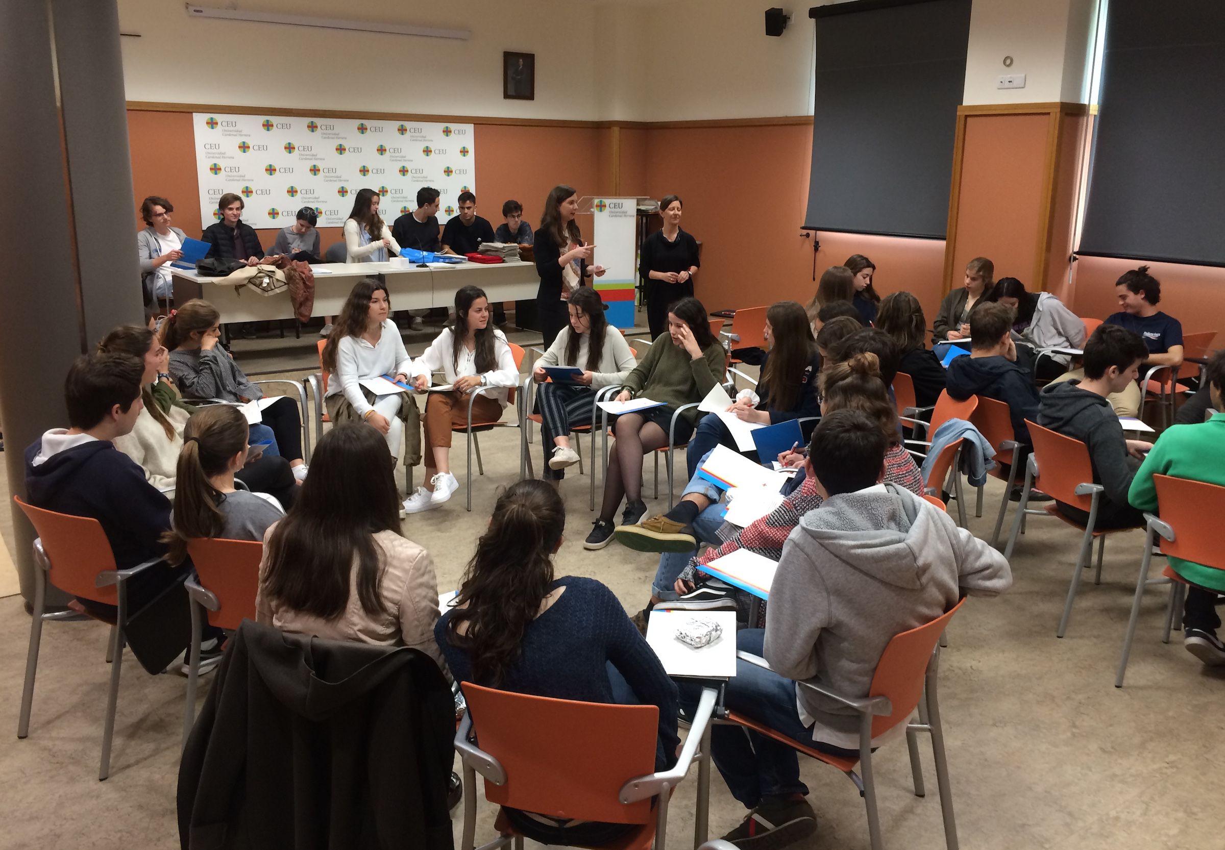 Los alumnos del Colegio CEU San Pablo, preparando el juicio simulado ante la Corte Europea, como jueces, fiscales y abogados, en la actividad organizada por la Cátedra Jean Monnet de la CEU UCH.