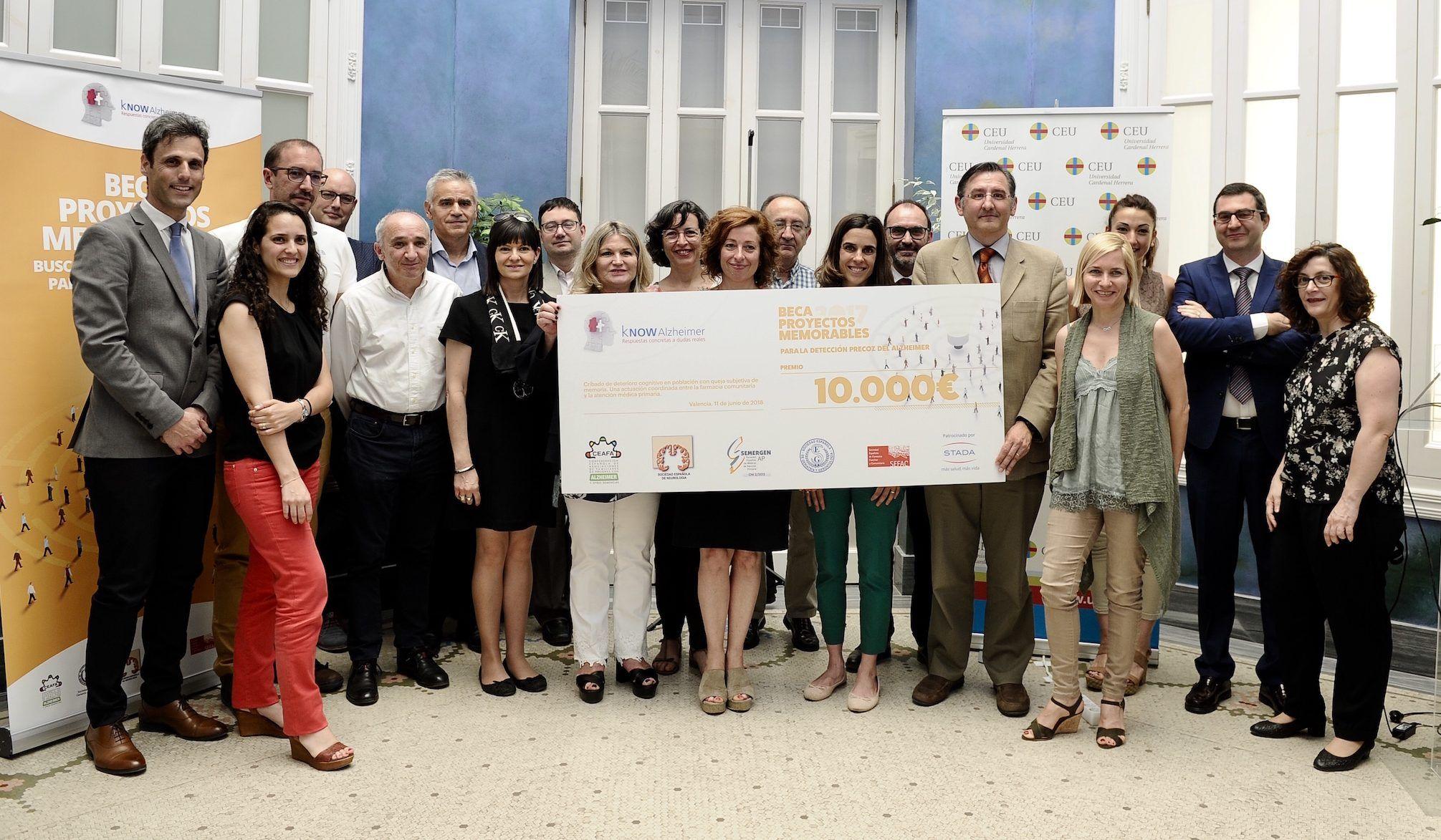 Investigadores de la CEU UCH, SEMERGEN, SEFAC y el Hospital Arnau de Vilanova, representantes de kNOW Alzheimer y de Laboratorios STADA, en la entrega de la beca.