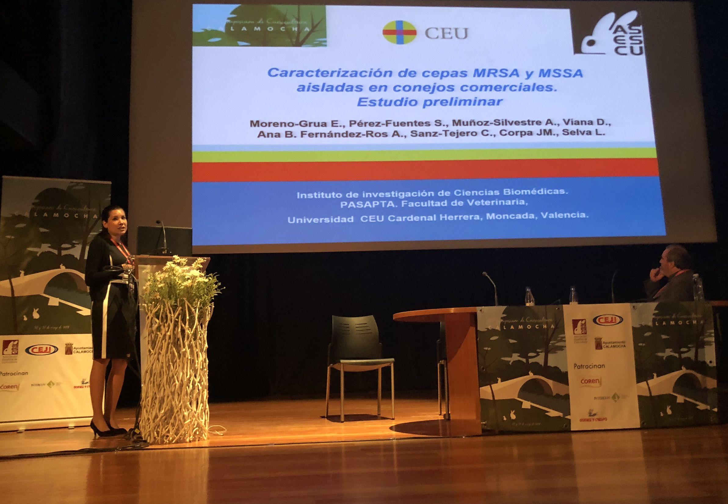 La estudiante de doctorado de la CEU UCH premiada, Elena Moreno, presentó su investigación en el Symposium de ASESCU.