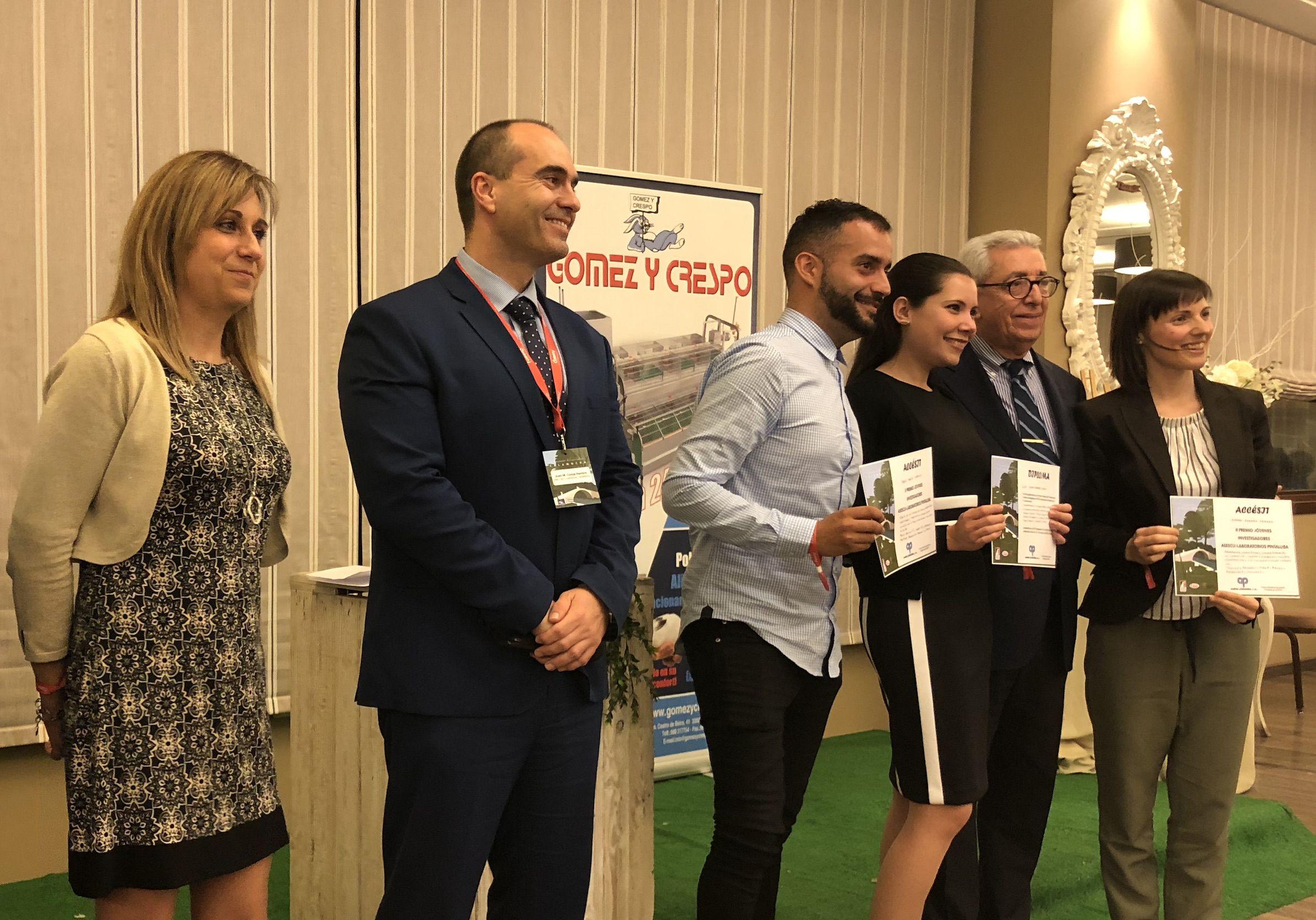 Elena Moreno, ganadora del premio Jóvenes Investigadores de ASESCU, y Cristina Zomeño, alumni ganadora de uno de los dos accésits, en la entrega de los galardones.
