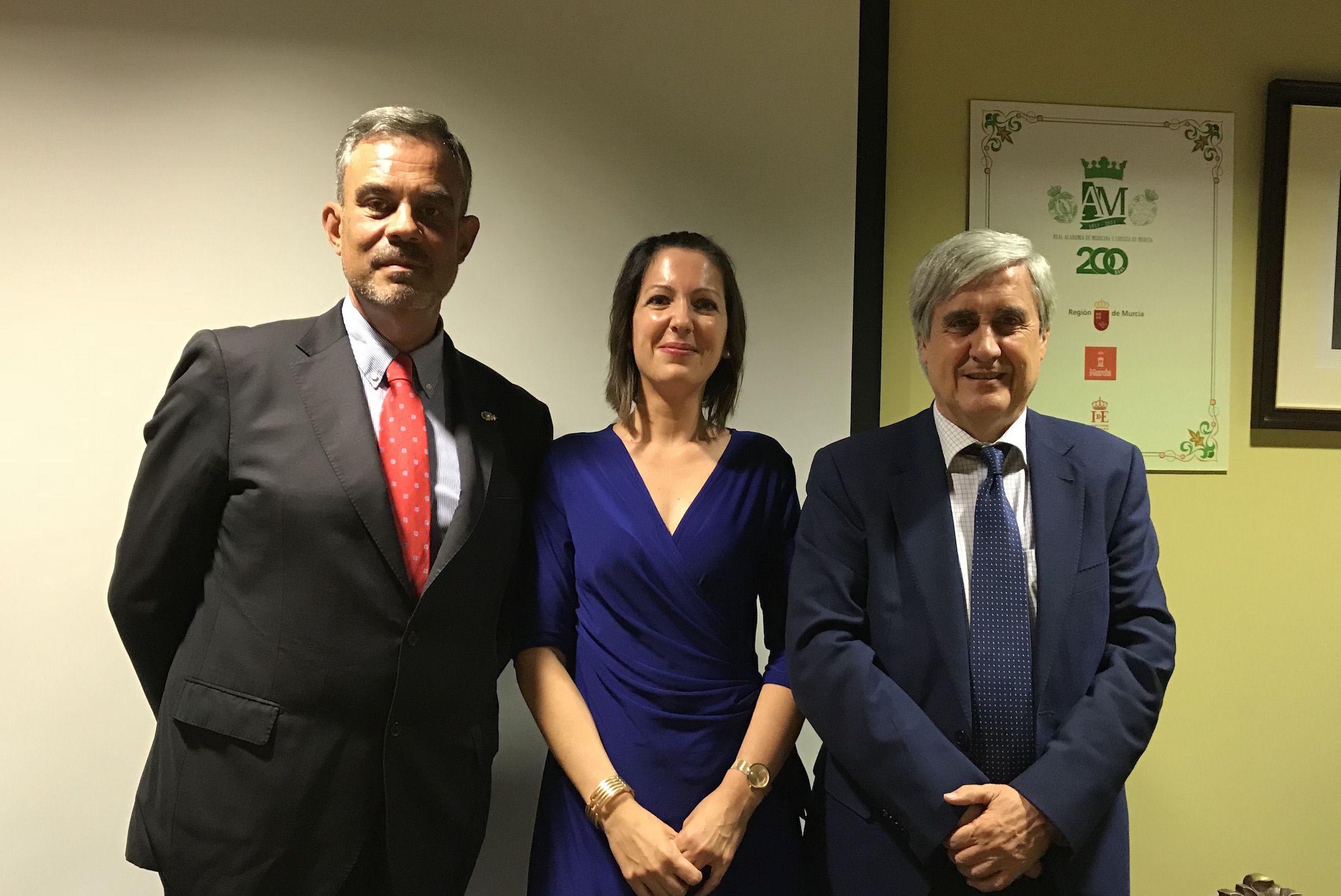 Santiago Vega y Clara Marín, profesores de Veterinaria de la CEU UCH, con Juan José Badiola, presidente del Consejo General de Colegios Veterinarios de España.