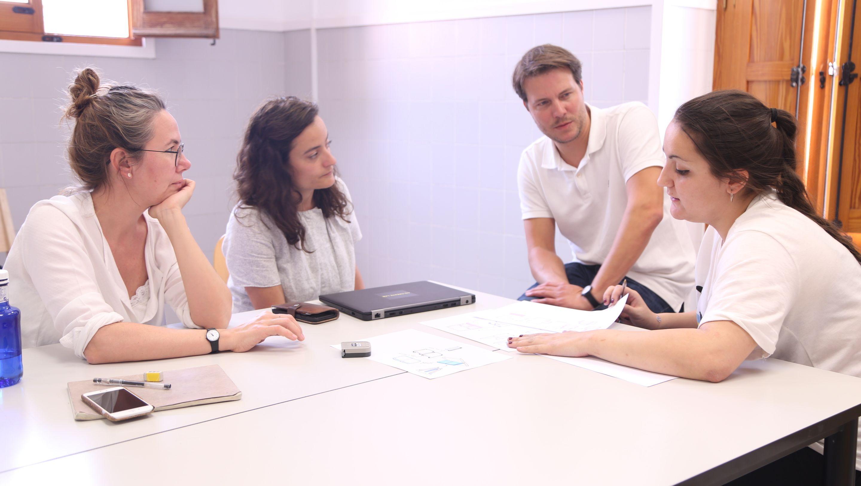 Inma Bermúdez y Esther Cebrián, ambas alumni de la Escuela de Diseño del CEU, en las sesiones del Máster en Diseño de Producto de la CEU UCH.