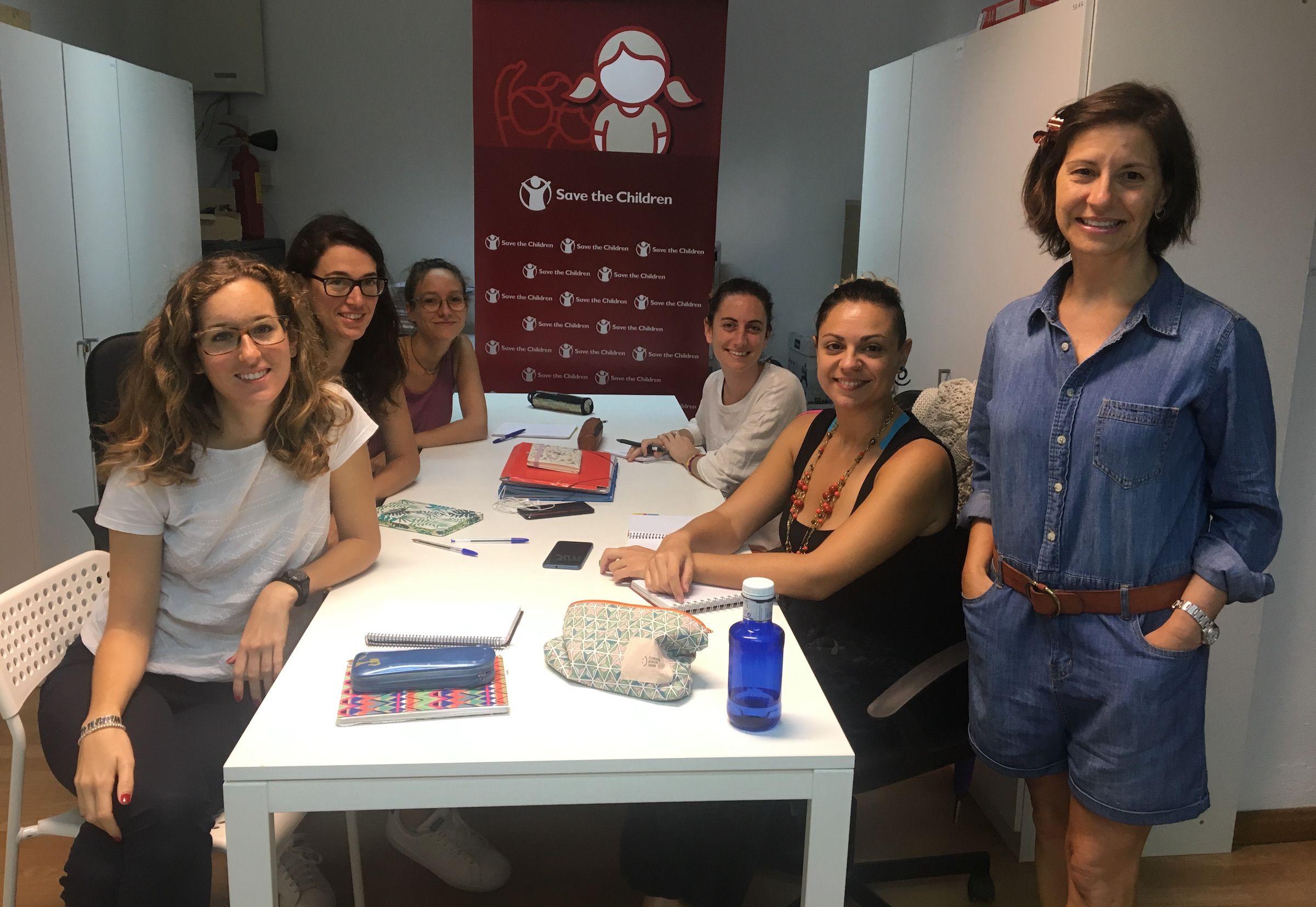 La catedrática Jean Monnet Susana Sanz, junto a algunos de los 14 miembros del personal de Save the children que participaron en el curso.