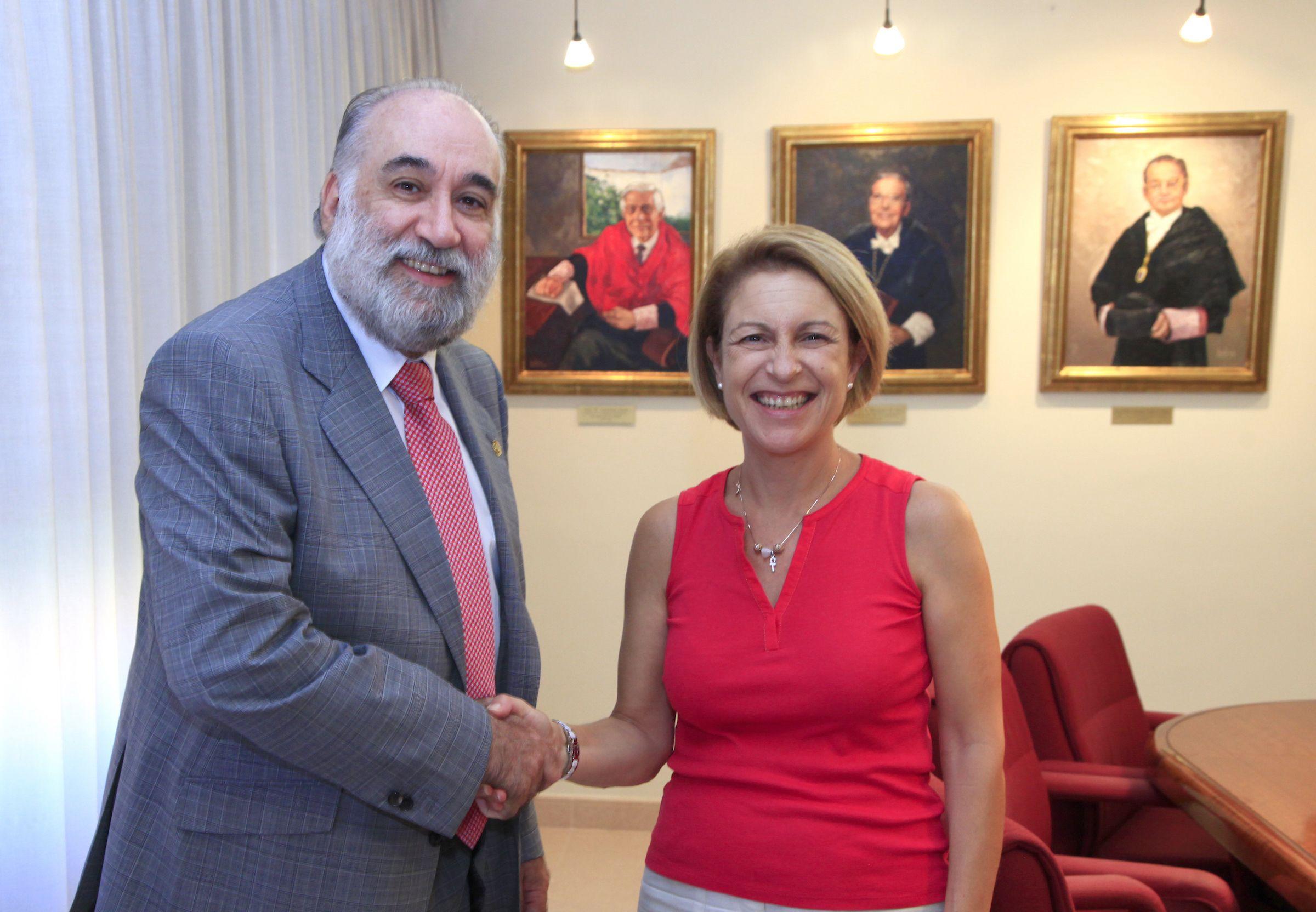 El decano del COPCV, Francisco Santolaya, y la rectora de la CEU UCH, Rosa Visiedo, han suscrito el nuevo convenio de colaboración en investigación entre ambas entidades.