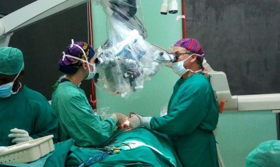 El doctor Piquer y la doctora Santos en una de las intervenciones realizadas en el NED Institute de Zanzíbar.