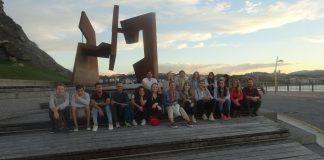 """Los estudiantes y profesores de Architecture de la CEU UCH, en el Paseo Nuevo de San Sebastián, del arquitecto Manuel Ruisánchez, junto a la escultura """"Construcción vacía"""", de Jorge Oteiza."""