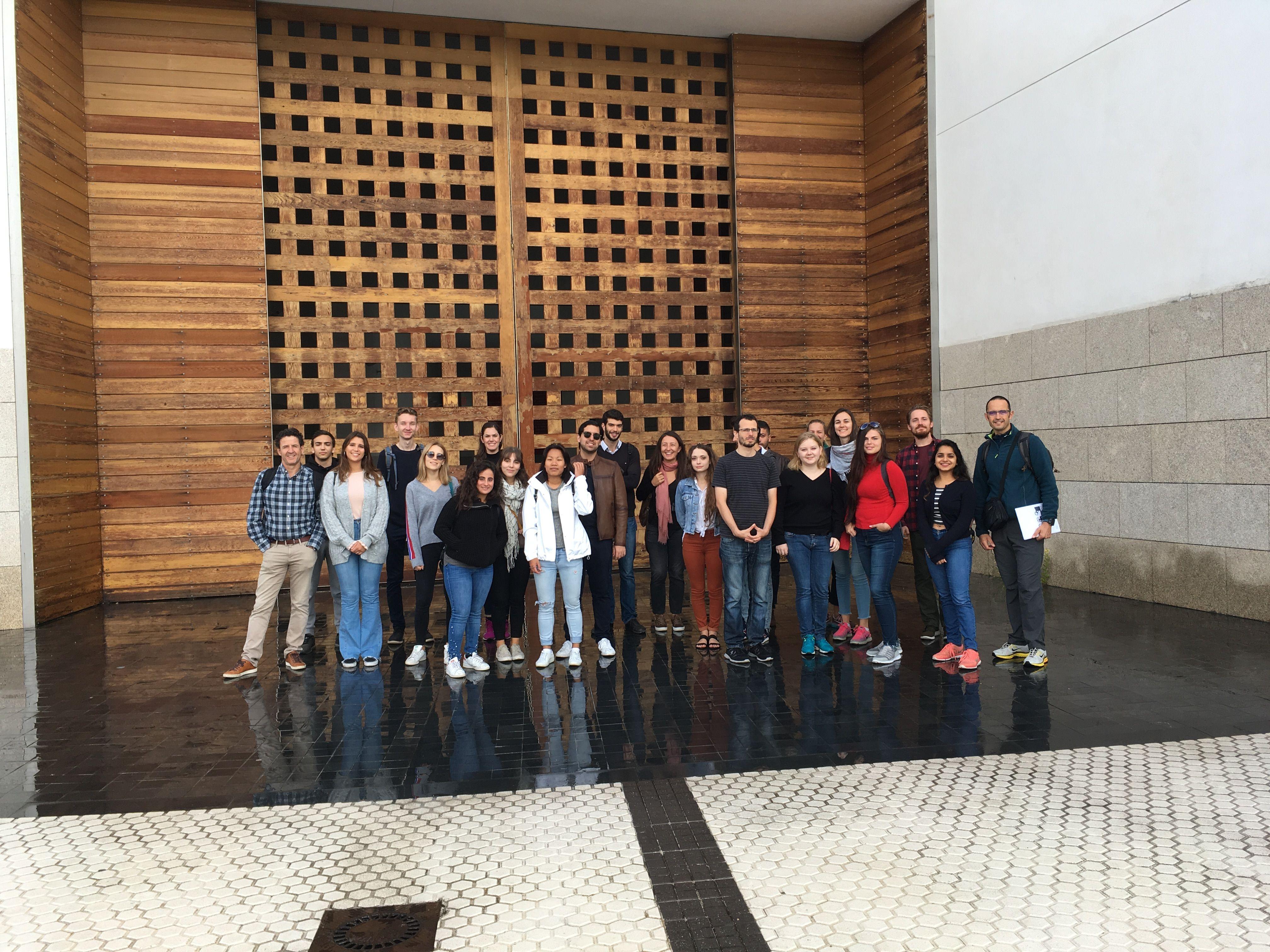 Estudiantes y profesores de Architecture de la CEU UCH, en la iglesia de IESU de San Sebastián, obra de Rafael Moneo.