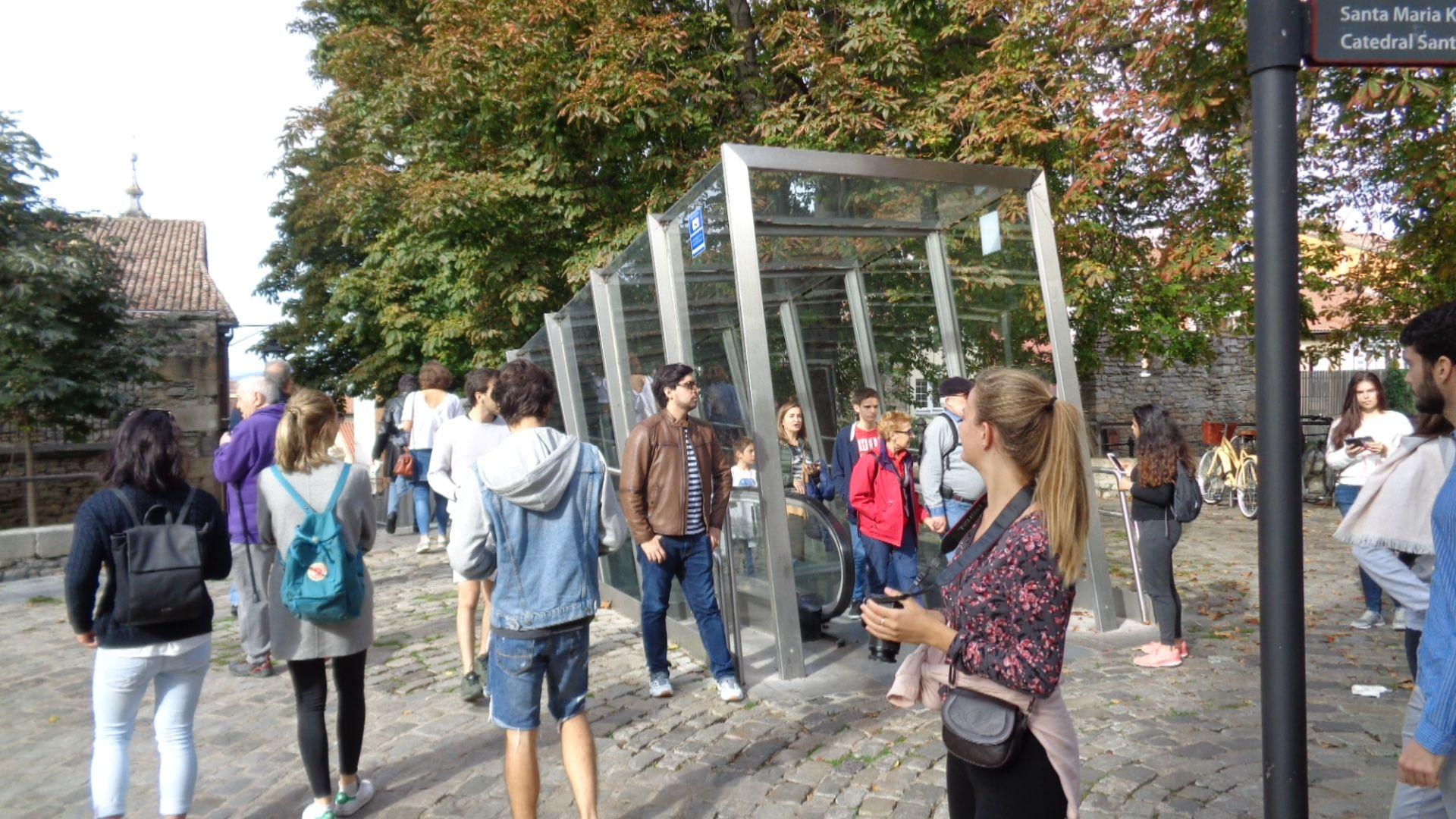 En el centro histórico de Vitoria, junto a las modernas rampas mecánicas de acceso, obra del arquitecto Roberto Ercilla.