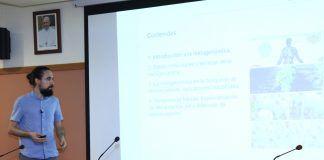 Pedro González, fundador de Microomics Systems, durante su charla en el ciclo CEU Descubre.