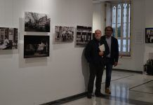 . Los profesores de la CEU UCH Miguel Herráez y Santiago Celestino Pérez, organizadores de la muestra, en la sala de exposiciones del Palacio de Colomina-CEU.