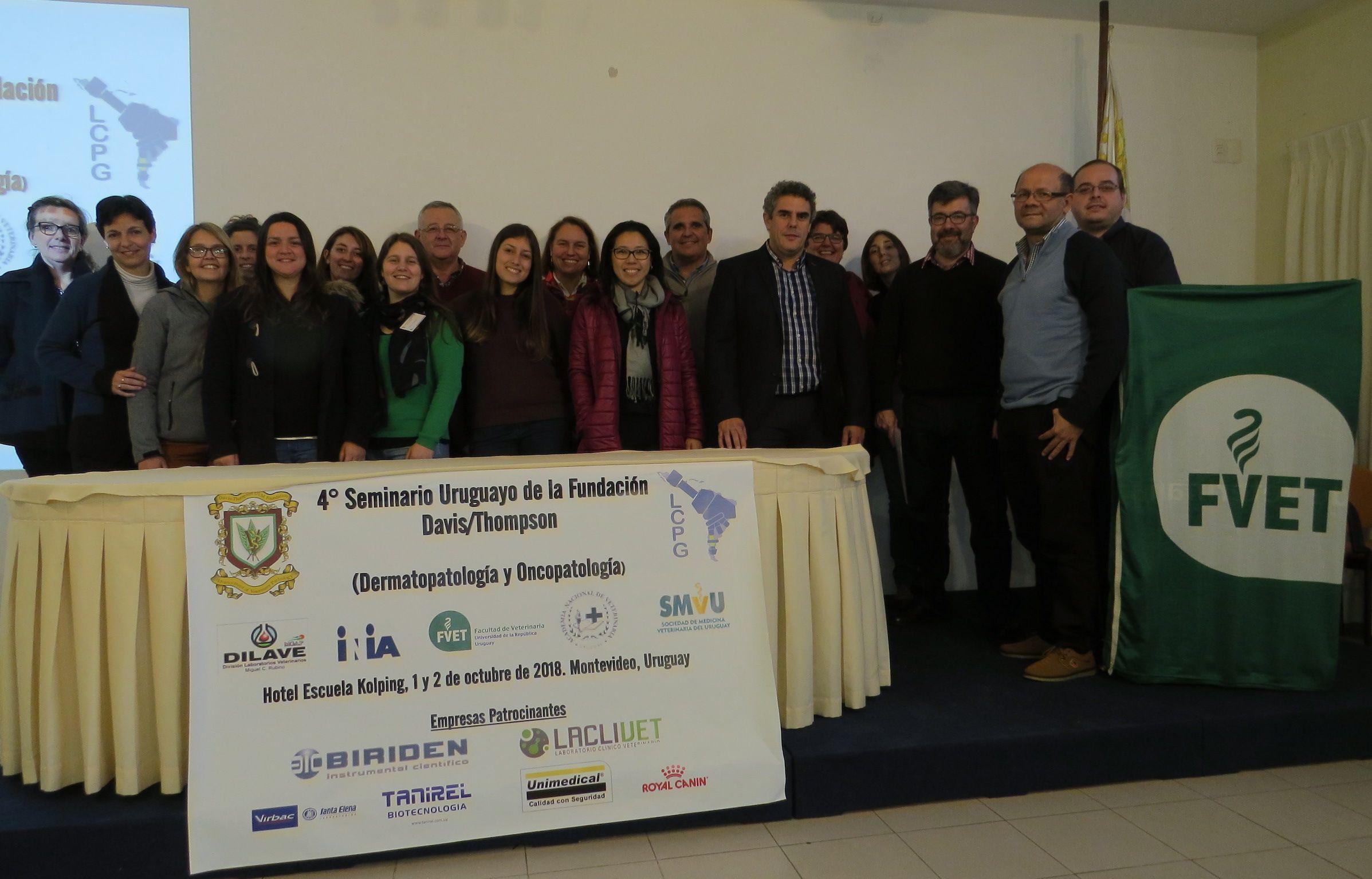 El profesor Joaquín Ortega, con los asistentes al seminario de la Fundación Charles Louis Davis-Thompson, celebrado en Montevideo.