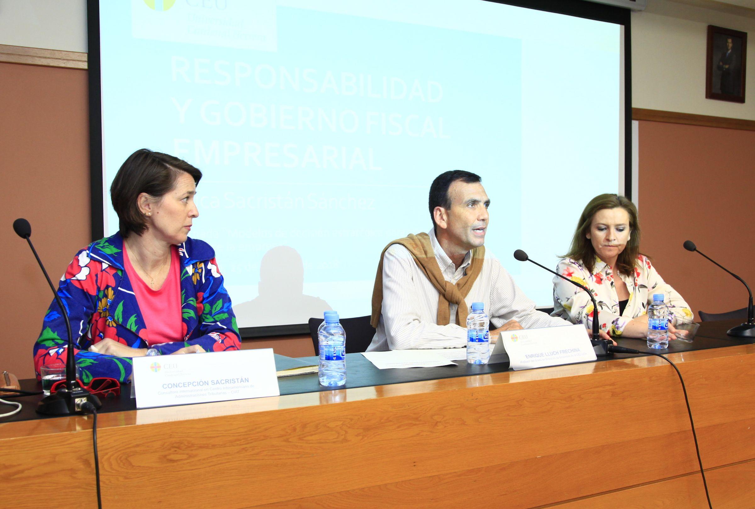 Concepción Sacristán, con los profesores Enrique Lluch y Elisa Marco, en la inauguración de la Jornada.
