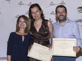 La decana del ICOVV, Inmaculada Ibor, entregando el premio a los profesores de Veterinaria de la CEU UCH Ana Navarro y Héctor Sanz.