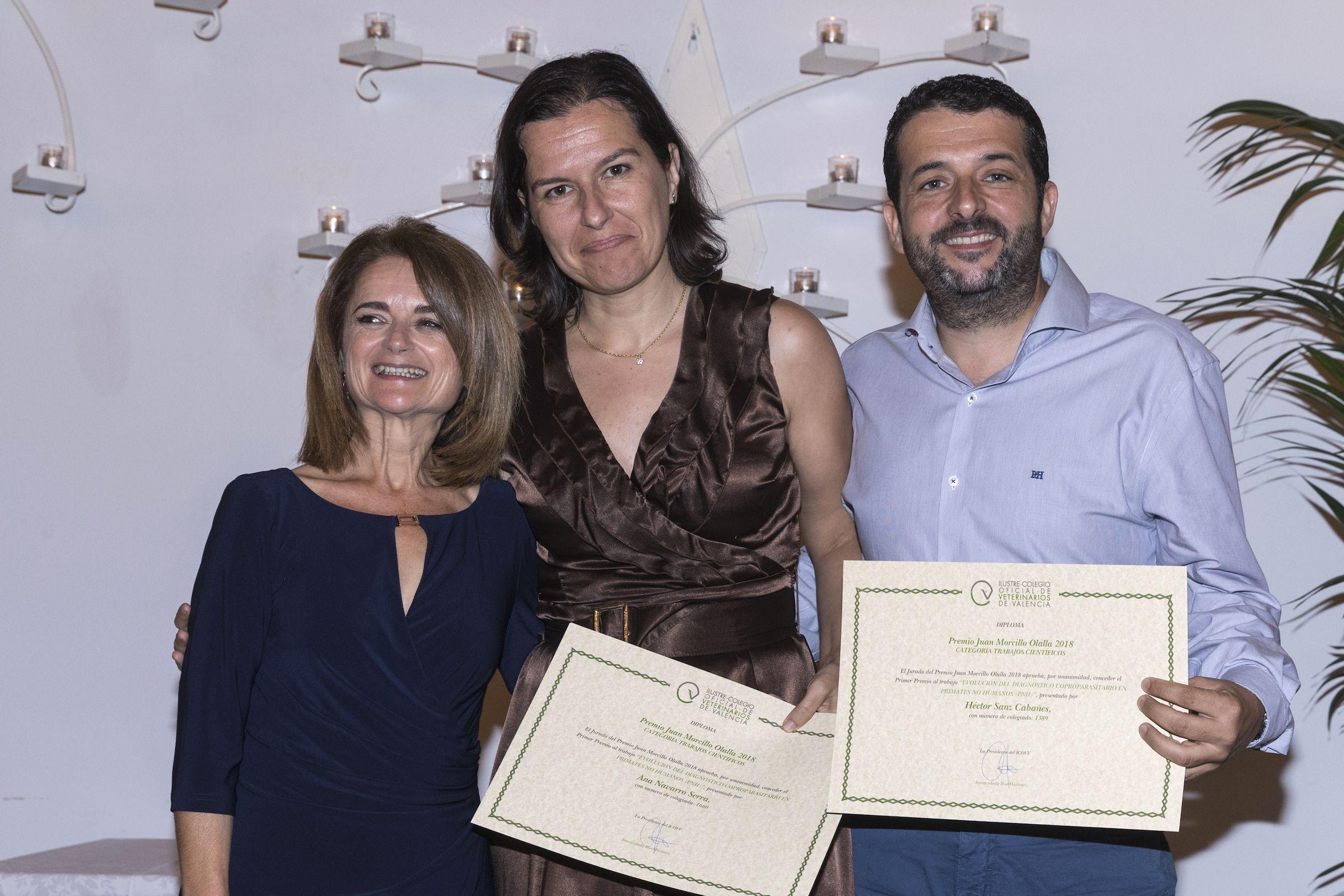 La presidenta del ICOVV, Inmaculada Ibor, entregando el premio a los profesores de Veterinaria de la CEU UCH Ana Navarro y Héctor Sanz. Foto: ICOVV.